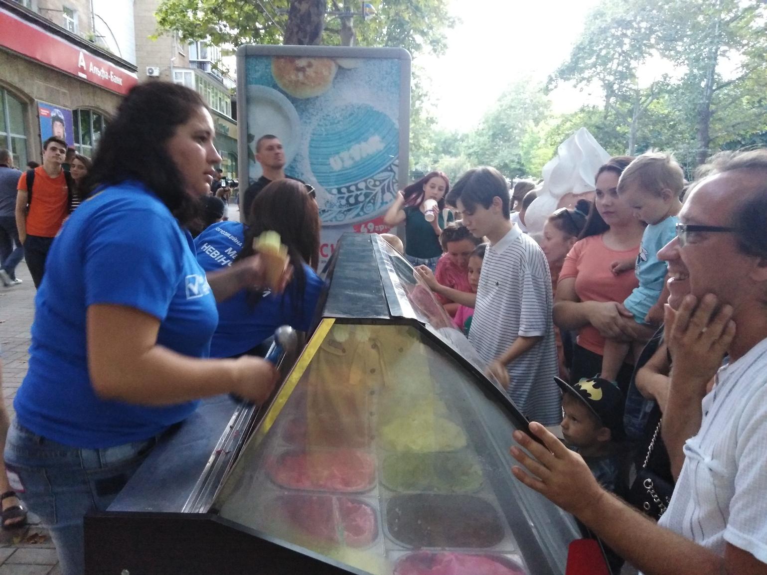 У Миколаєві кандидат агітував за себе безкоштовним морозивом'>