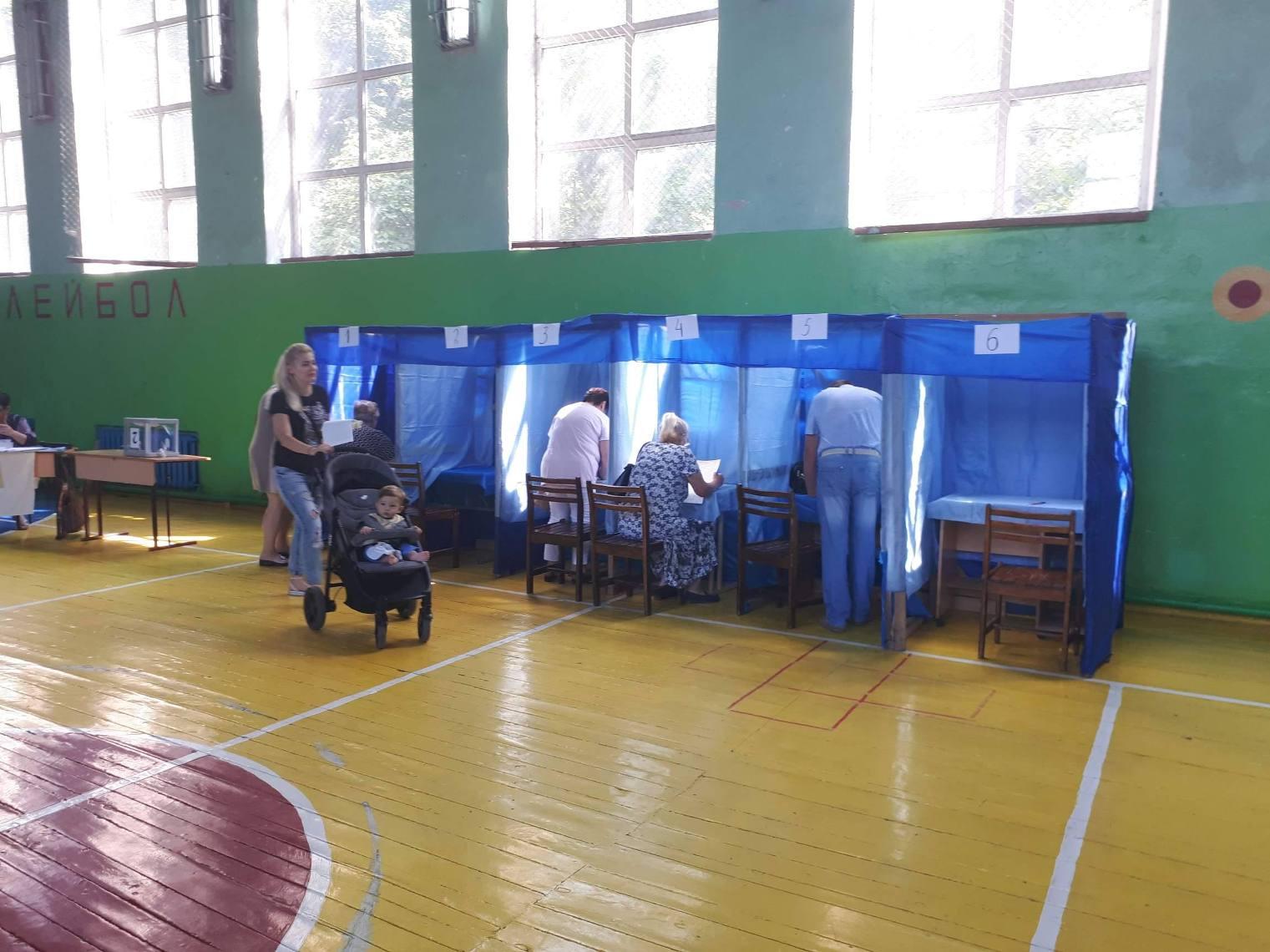 Миколаївщина: на дільниці встановили напіввідкриті кабінки, а член ДВК